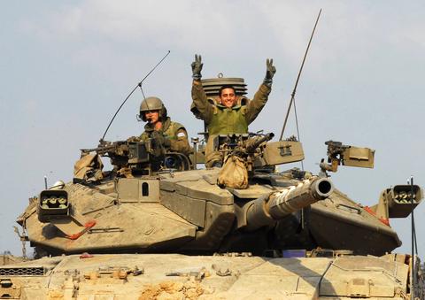 """חיילי צה""""ל: עשרות שנים, העם לא היה מאחוריהם כמו הפעם..."""