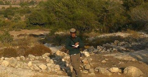 שלום, עם ספר מטייל בארץ ישראל, אתה.